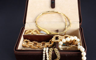 Falls alte- Gold- und Silberschmuckstücke viele Jahre nicht mehr getragen wurden, ist das oft eine gute Gelegenheit, sich davon zu…